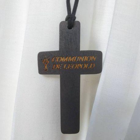 Croix de communion personnalisé on grave le prénom du communiant sur la croix